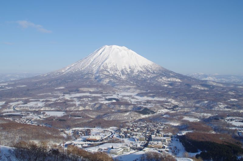 Niseko Village met op de achtergrond Vulkaan Yotei