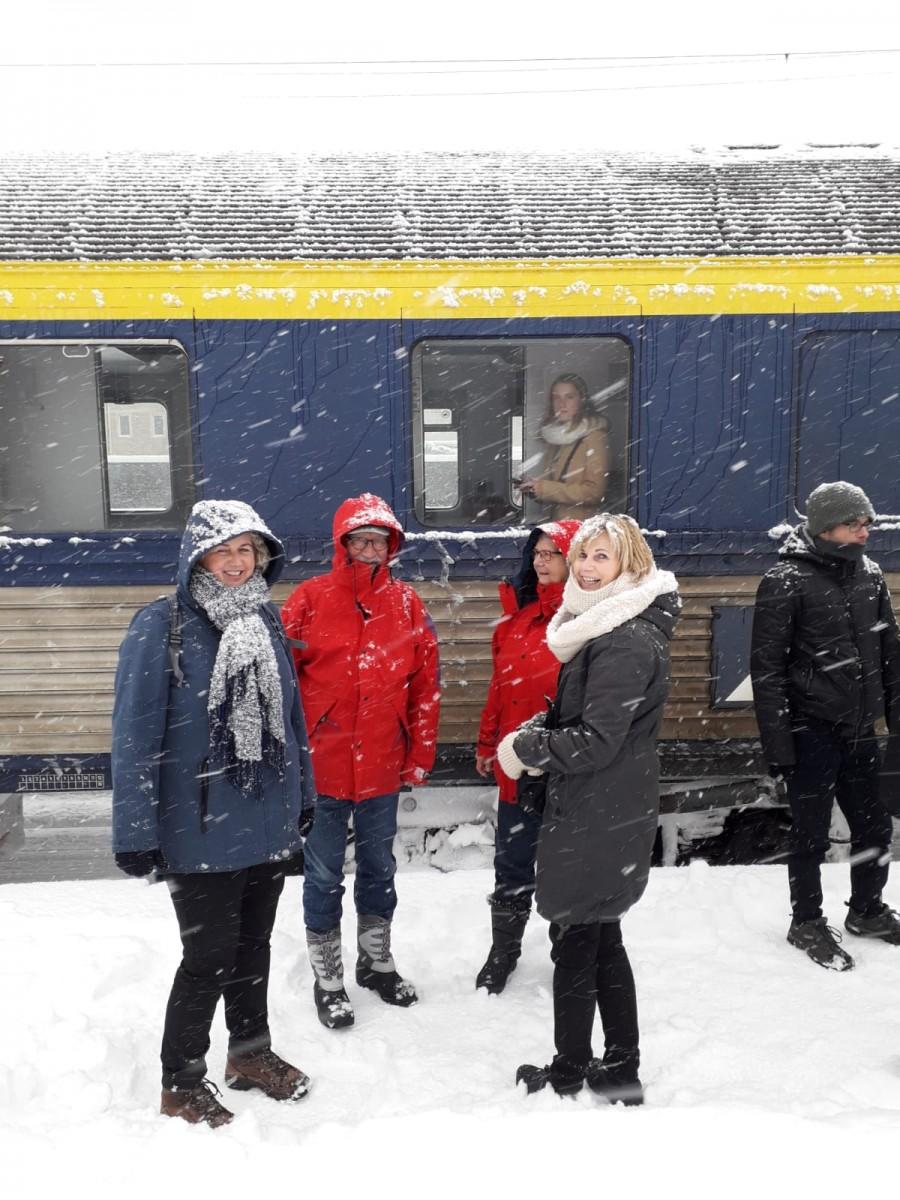 Blije reizigers die aan hun wintersport gaan beginnen. Foto: Marleen Rijlaarsdam / Alpen Express