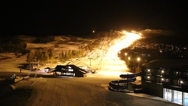 Goed verlichte piste om 's avonds nog wat meters te maken in Geilo Noorwegen