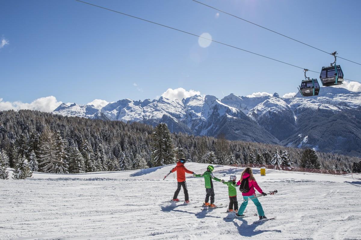 Prachtig uitzicht in de vallei met op de achtergrond de Dolomieten. Foto: visitfiemme