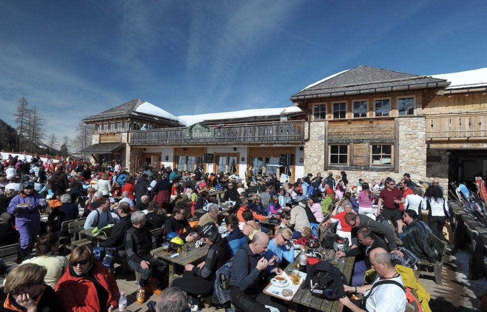 Gezellige drukte bij de optredens in de sneeuw. Foto: Val di Fiemme