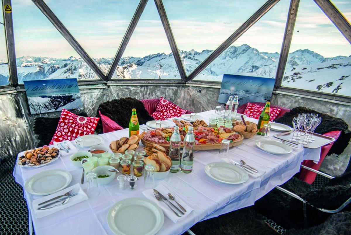 Met een 'Gipfelfrühstück' wordt het vroege opstaan beloond met een prachtig uitzicht bovenaan de berg. Foto: Gasteiner Bergbahnen AG