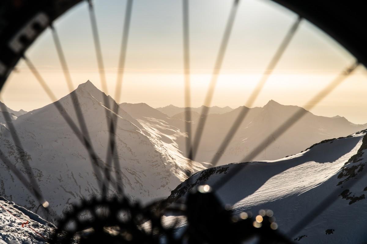 Glacier Bike Downhill betekent adrenaline voor zowel deelnemers als toeschouwers. Foto: Saas-Fee
