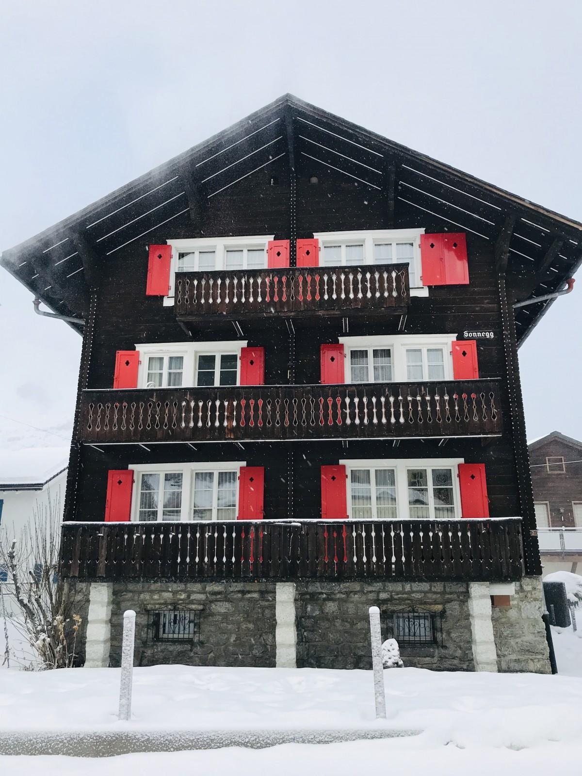 In het oude gedeelte van Andermatt staan nog veel oude, typisch Zwitserse huizen. Foto: Pauline van der Waal