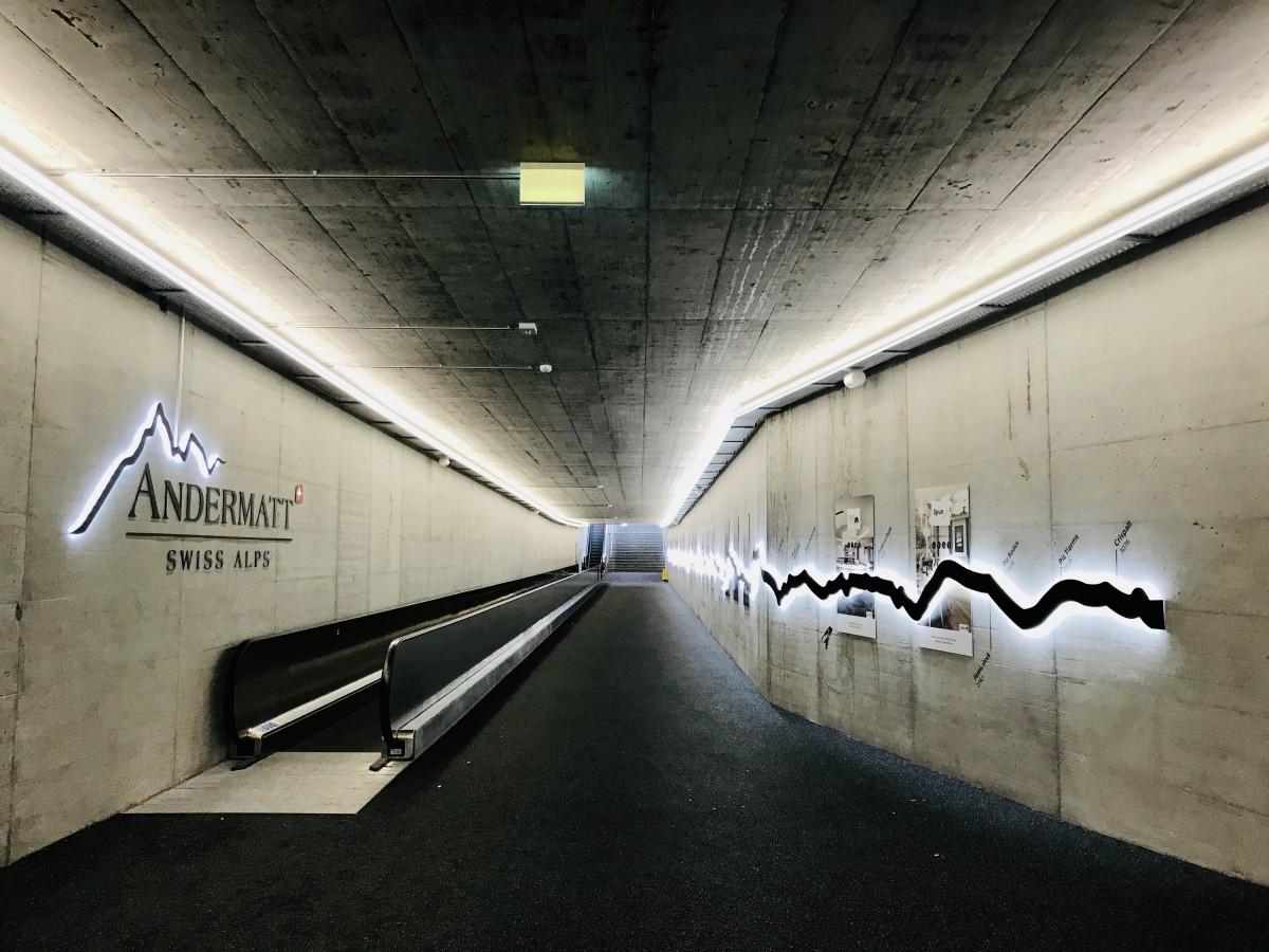 Het station van Andermatt is verbouwd. Dat betekent dat je vanuit de trein zo de gondel in stapt, en andersom. Foto: Pauline van der Waal