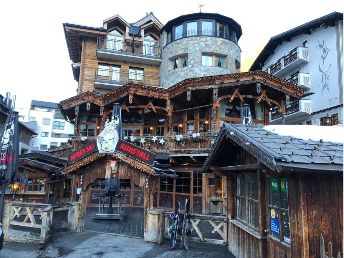 Live vanuit Ischgl: behalve wat achtergebleven snowboards is de beroemde Kuhstall uitgestorven. Onwerkelijke beeld midden in het seizoen! Foto: Edwin Hagenouw